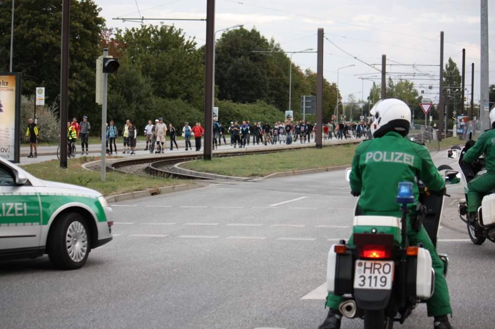 Polizei-Straßensperrung zur Skaternacht in Rostock